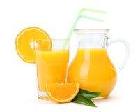 Orange fruktsaft i exponeringsglas och tillbringare Royaltyfri Fotografi