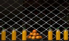 Orange fruktsaft i rad Arkivbilder