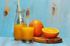 Orange fruktsaft i sommar Arkivfoto