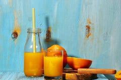 Orange fruktsaft i sommar Arkivbild
