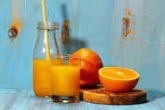 Orange fruktsaft i sommar Royaltyfri Bild