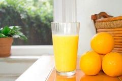 Orange fruktsaft med apelsiner Fotografering för Bildbyråer