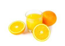 Orange fruktsaft med apelsiner som isoleras på vit Royaltyfria Foton