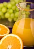 Orange fruktsaft med druvor Fotografering för Bildbyråer