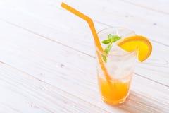 orange fruktsaft med sodavatten fotografering för bildbyråer