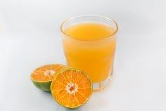 Orange fruktsaft med stycken royaltyfria bilder