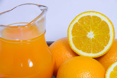Orange fruktsaft och apelsin på vit bakgrund Royaltyfria Foton