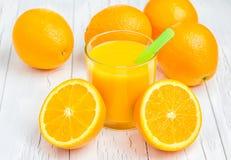 Orange fruktsaft och apelsiner Arkivfoton