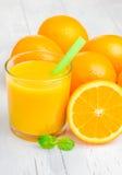 Orange fruktsaft och apelsiner med mintkaramellen Royaltyfria Foton