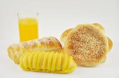 Orange fruktsaft och bröd Arkivbilder