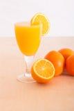 Orange fruktsaft och en skiva Arkivfoton