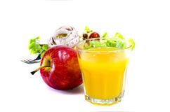 Orange fruktsaft och sallad Arkivfoto