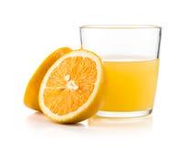 Orange fruktsaft och skivor av apelsinen som isoleras på vit bakgrund Royaltyfri Fotografi