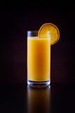 Orange fruktsaft på svart Royaltyfri Bild