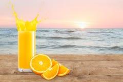 Orange fruktsaft på tabellen Fotografering för Bildbyråer