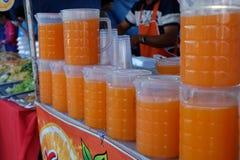 Orange fruktsaft shoppar på plazaen Arkivbilder