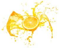 Orange fruktsaft som plaskar med dess frukter som isoleras på vit royaltyfri fotografi