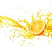 Orange fruktsaft som plaskar med dess frukter som isoleras på vit royaltyfri foto