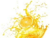 Orange fruktsaft som plaskar med dess frukter som isoleras på vit royaltyfria bilder