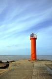 Orange fyr på Mangalsalas mols, Riga, baltiskt hav Royaltyfri Fotografi
