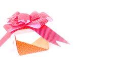 Orange gåva för skönhet med den röda pilbågen Fotografering för Bildbyråer