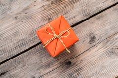 Orange gåvaask och gulingband fotografering för bildbyråer