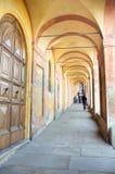 Orange gallerier som leder till fristaden av San Luca i bolognaen Arkivbilder