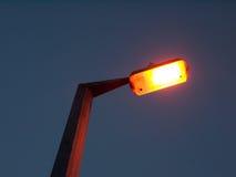 Orange gataljus utanför att vända i mörkret - blått arkivbilder
