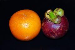 Orange gegen Mangostanfrucht Lizenzfreies Stockfoto
