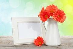 Orange gerberablommor och fotoram Royaltyfri Fotografi