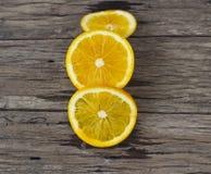 Orange geschnitten auf Holztisch lizenzfreies stockbild