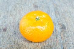 Orange gesetzt auf einen Holztisch stockbilder