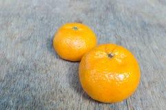 Orange gesetzt auf einen Holztisch lizenzfreie stockfotos