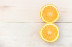 Orange gesetzt auf einen Holztisch Lizenzfreie Stockbilder