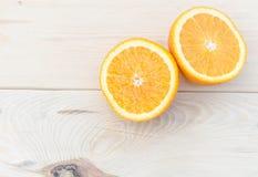 Orange gesetzt auf einen Holztisch Lizenzfreie Stockfotografie