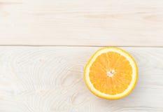 Orange gesetzt auf einen Holztisch Lizenzfreies Stockfoto