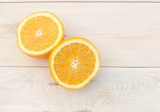 Orange gesetzt auf einen Holztisch Stockfotos