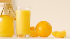 Orange Glasflaschen-Saftstrenger vegetarier Produkte reinigen stock footage
