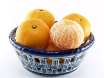 Orange in glasig-glänzendem Fliesenbehälter Lizenzfreie Stockfotos
