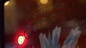 Orange Glasplatte des Spielautomaten mit blinkenden Symbolen, Wörtern und Stellen stock video footage