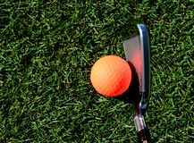 Orange Golfball bereit, von einem Golfclub geschlagen zu werden lizenzfreie stockfotografie