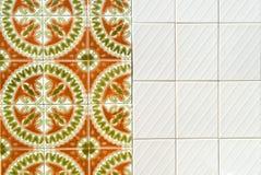 Orange, grün, kopierte Weiß portugiesische Fliesen Stockfotografie