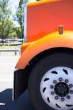 Orange großer der Anlage LKW-Haubenfender und -rad halb Lizenzfreies Stockfoto