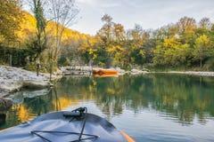 Orange Gummiboote auf dem Wasser Stockfotos