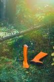 Orange Gummistiefel im Wald Stockfotos