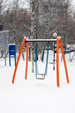 Orange gunga för barn i snö Royaltyfri Bild