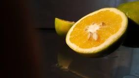 Orange Hälften mit dunklem Hintergrund Stockbilder