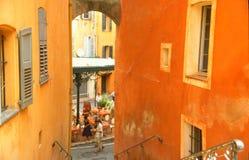 Orange Häuser in der alten Stadt stockfotos