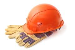 Orange hård hatt, säkerhetshandskar på vit bakgrund illustration 3d på vit bakgrund Arkivbild