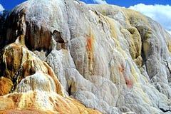 Orange Hügel gemacht von einem ständig flüssigen Geysir Stockfoto